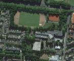 <h5>Luftbild: Schulgebäude mit Sportanlagen</h5>