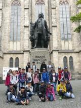 <h5>KLasse 6b vor Thomaskirche mit Bach-Denkmal</h5>